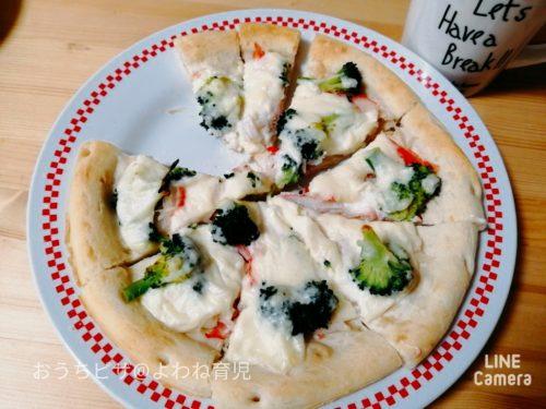カニカマとブロッコリーのピザ
