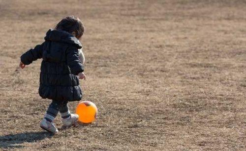 一人で遊ぶ子供