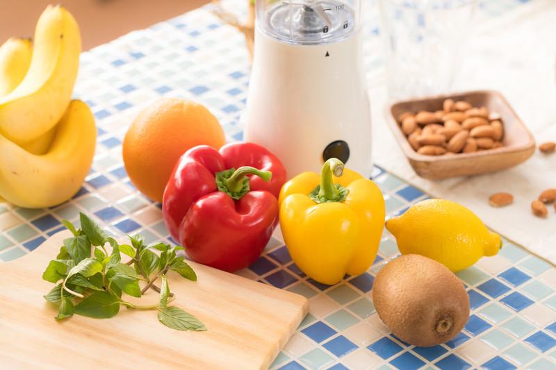 野菜や果物が並ぶキッチン